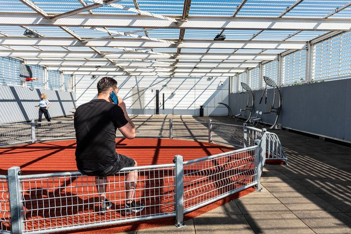 Jordi bellend op de luchtplaats, die de BBA'ers onbeperkt mogen gebruiken (als er geen anderen zijn). Jordi mag zijn eigen telefoon hebben in de gevangenis. Ook om met zijn werkgever en de reclassering te kunnen bellen.