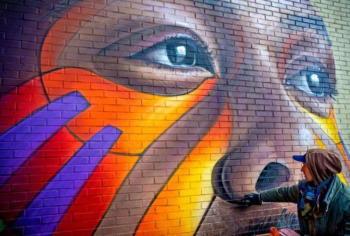 Schitterend gedetailleerd verschijnt de beeltenis van Jeangu op de muur bij Ahoy. Met fleurige 'Zuid-Amerikaanse' strepen op de wangen. 'Een blijvende herinnering aan het songfestival'.