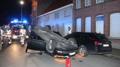 Ravage in Rollegem-Kapelle: auto over de kop na botsing tegen geparkeerde bestelwagen, drie wagens beschadigd