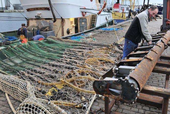Onderhoudswerk aan de pulskor van de Yerseke 138 bij de vismijn van Vlissingen.