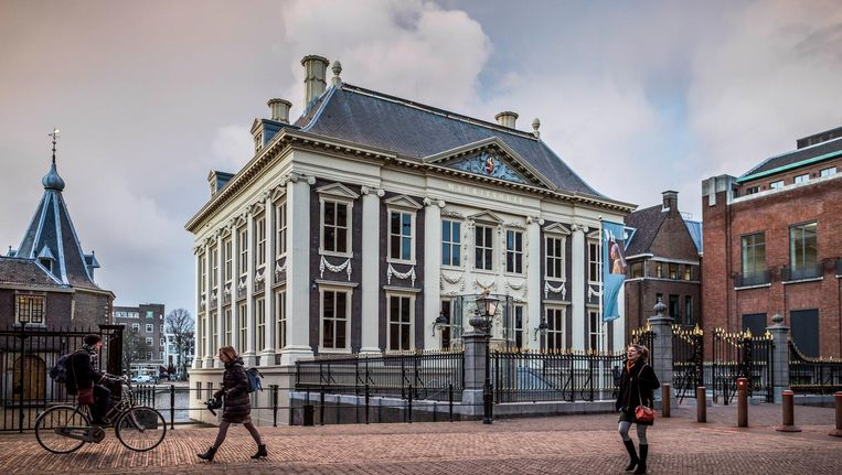Het Mauritshuis in Den Haag. Beneden: een beeldje van Johan Maurits dat er na de verwijdering van de buste nog steeds staat. Beeld Freek van den Bergh / de Volkskrant