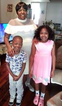 Carolyn Hill met haar twee kleinkinderen.