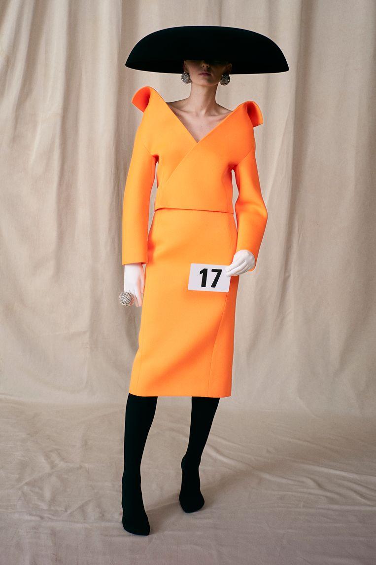 Oranje gabardine pakje en fluwelen hoed van Philip Treacy voor Balenciaga Couture. Beeld