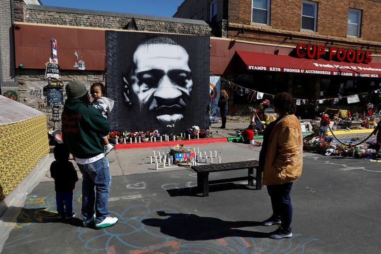 Bezoekers bij een herdenkingsplek op het zogenoemde George Floyd Square in Minneapolis, op de vierde dag van het proces tegen politieagent Derek Chauvin, die terechtstaat voor de dood van de zwarte Amerikaan George Floyd. Beeld REUTERS