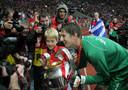 Edwin van der Sar en zoon Joe poseren met de Champions League-beker in Moskou.
