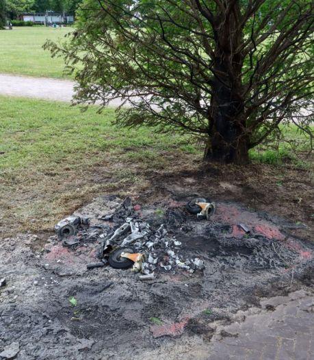 Politie stuurt 150 mensen weg uit Volkspark, daarna toch nog vernielingen en brandstichting