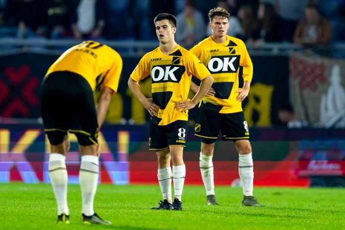Ralf Seuntjens buigt het hoofd. Milan Vanacker en Danny Bakker staren vol ongeloof voor zich uit.