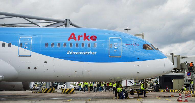 2014-06-05 SCHIPHOL - De eerste Nederlandse Boeing 787 Dreamliner komt aan op Schiphol. Het reusachtige toestel kwam vanuit de fabriek in het Amerikaanse Seattle. Arke is de eerste Nederlandse airline die de Boeing 787 aan haar vloot toevoegt. Het toestel is lichter, stiller, zuiniger en vooral veel comfortabeler dan de huidige generatie vliegtuigen. ANP REMKO DE WAAL Beeld null