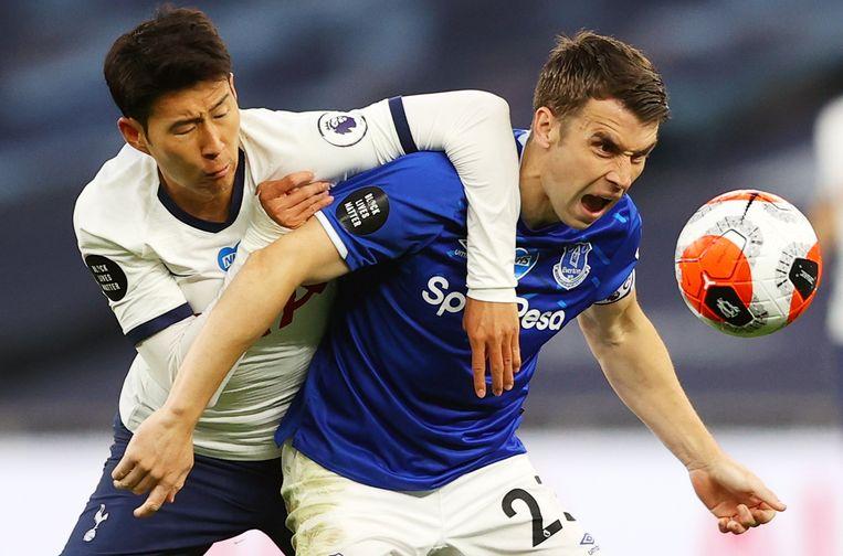 Heung-Min Son (links) van Tottenham Hotspur, afgelopen week in duel met Seamus Coleman van Everton in de Premier League, speelde 78 wedstrijden in twaalf maanden, berekende vakbond Fifpro. Beeld EPA