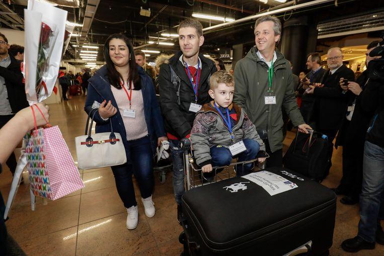 Een Syrische familie komt toe op Brussels Airport, in december 2017. Ze konden naar ons land komen met een humanitair visum, via Sant'Egidio. Beeld BELGA
