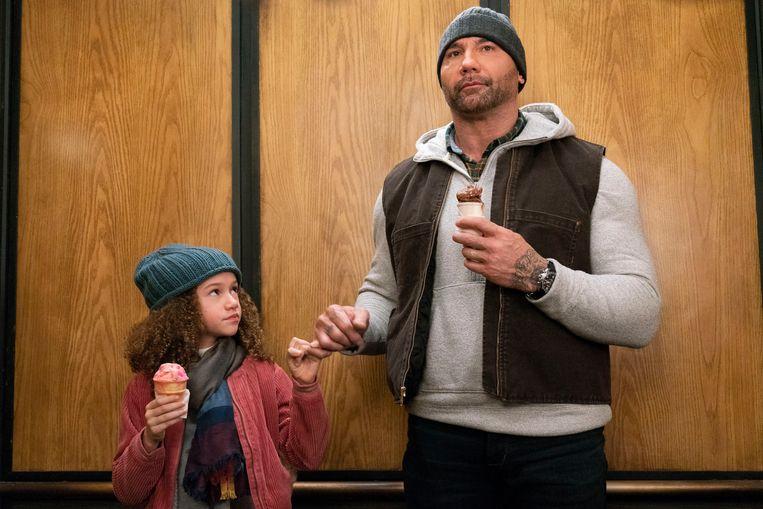 Chloe Colemann als de 9-jarige dwingeland Sophie en Dave Bautista als CIA-agent JJ. Beeld