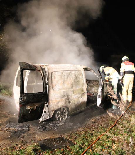 Busje verwoest door brand in Culemborg, brandstichting niet uitgesloten