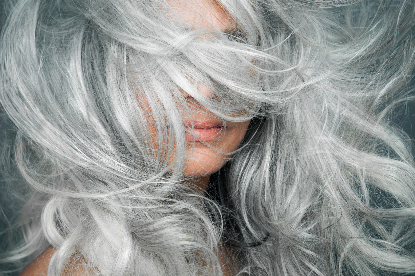 Les cheveux gris s'affichent fièrement désormais.