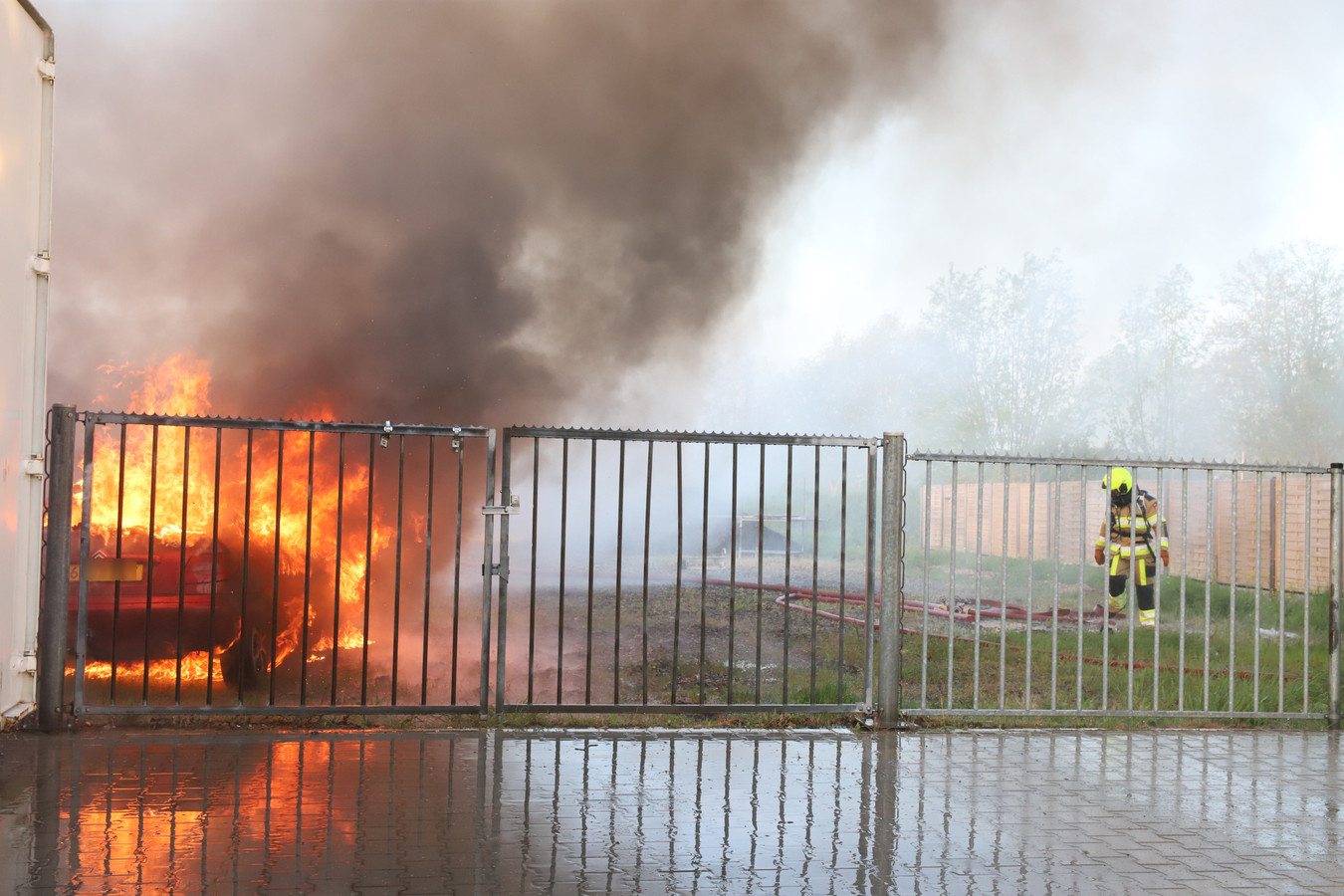 De brand in Dreumel zorgde voor flinke rookpluimen.