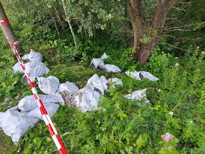 Zakken met kilo's asbest werden gedumpt in de berm langs de Sluislaan.