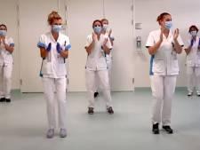 150 dansende zorgmedewerkers: het Diakonessenziekenhuis doet flashmob op Afrikaans 'troostlied'
