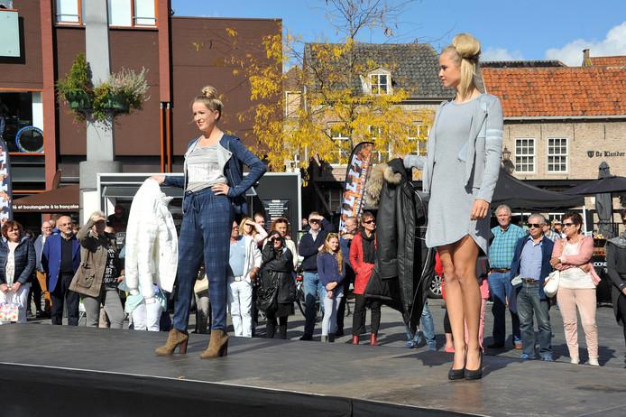 Voorheen stond de catwalk op het Statenplein. Dit jaar is de modeshow te zien bij het Stadhuis.