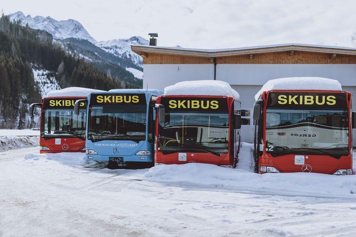 De skibussen staan er werkloos bij in Gerlos, Tirol.