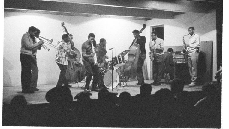 Moholo met andere muzikanten tijdens een jamsessie in Kaapstad. Beeld null