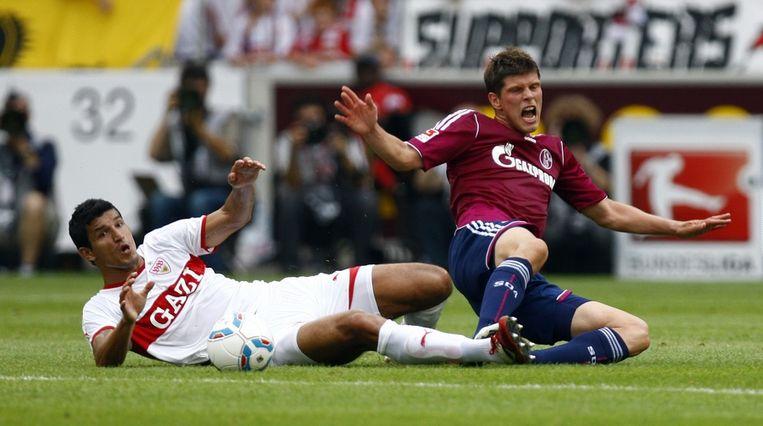 Klaas-Jan Huntelaar komt er niet aan te pas tegen voormalig PSV'er 'Maza' Rodriguez. Beeld reuters