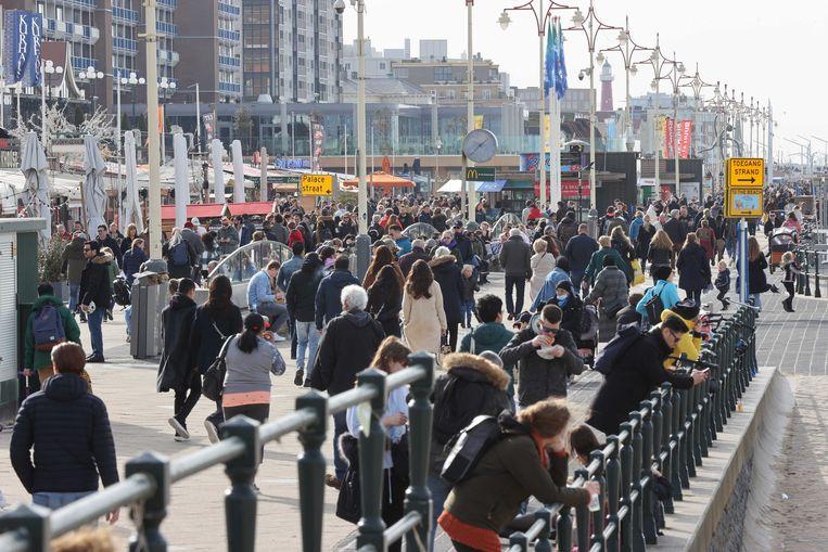 Dagjesmensen op de boulevard van Scheveningen. Beeld ANP