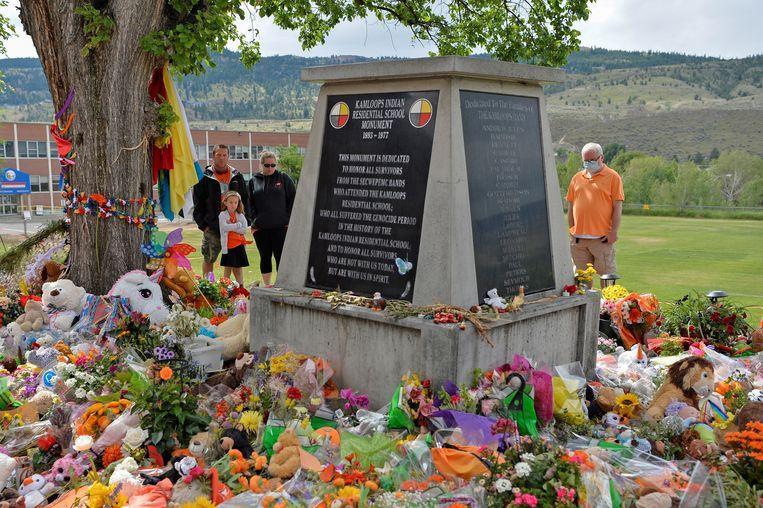 Een herdenkingsplaats op de plek van het oud-internaat Kamploops, ter ere van de 215 overleden inheemse kinderen die daar werden gevonden.  Beeld REUTERS