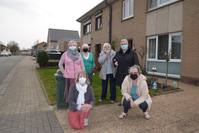 De oudere bewoners van de wijk Hemelrijk zijn zwaar aangedaan dat ze hun woning na zoveel jaren moeten verlaten.