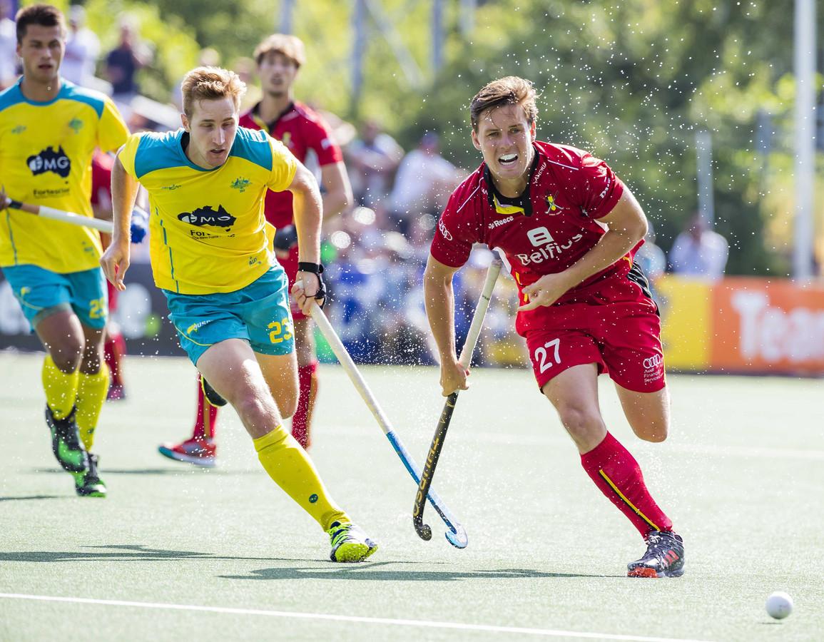 Tom Boon van België flitst voorbij Daniel Beale van Australië.