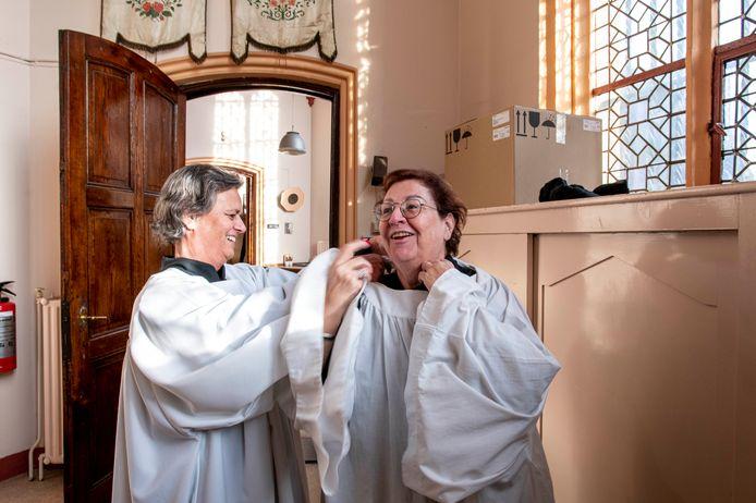 Corein Brands (links) en Maureen Witlox hullen zich na zoveel jaren nog eens in de misdienaarstoog.
