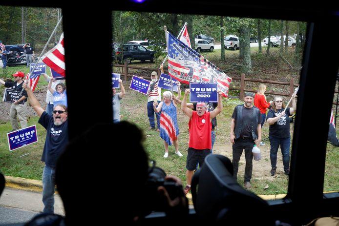Trump-aanhangers laten van zich horen bij de aankomst van Joe Biden.