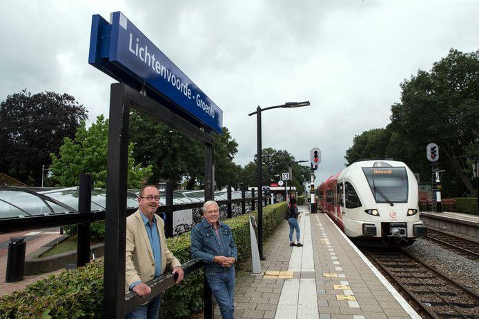 Twee raadsleden Jerry van der Meulen (D66) en Gerard klein Gunnewiek (Nieuwe Liberalen) vinden Oost Gelreeen betere naam voor het station.