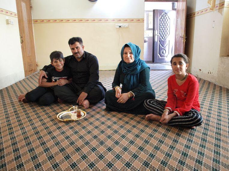 Dorpshoofd Taleb Ahmed met zijn vrouw en twee van hun drie kinderen. Beeld Judit Neurink
