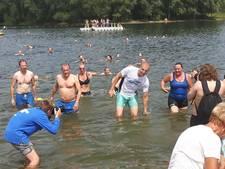 VIDEO: Maarten van der Weijden 'jumpt' met honderd zwemmers in schoon water bij Aalst