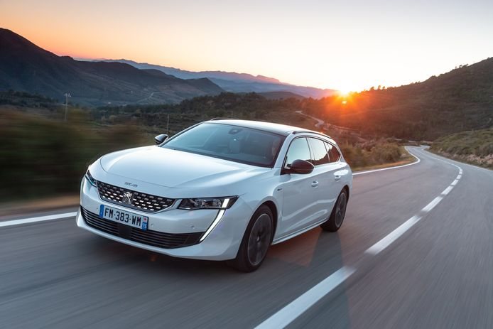 Wie graag een nieuwe, zeer zuinige Peugeot wil, maar nog niet toe is aan een volledig elektrische auto, kan vanaf nu opteren voor de 508 Hybrid.