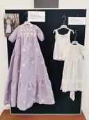 De linker doopjurk dateert uit de jaren 70 en is gemaakt van de stof van een trouwjurk, het rechter jurkje en onderhemdje zijn uit de jaren 30.