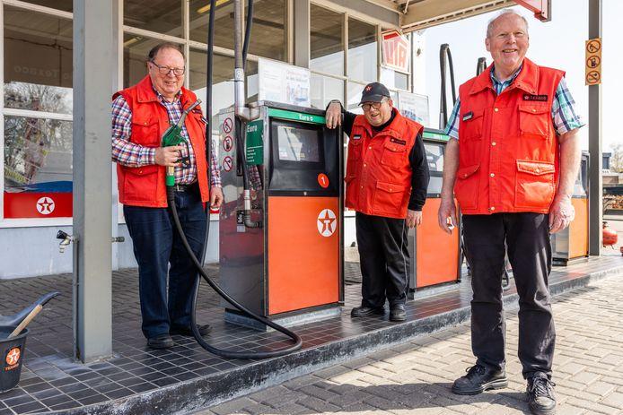 Tankstation Hamers in Kaatsheuvel gaat dicht. De broers Johan, Henk en Peter (van link naar rechts) gaan met pensioen.