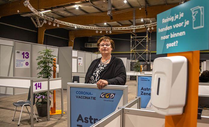 """Margreet Algera in de vaccinatielocatie in Zwolle. ,,Wat we krijgen, prikken we weg."""""""