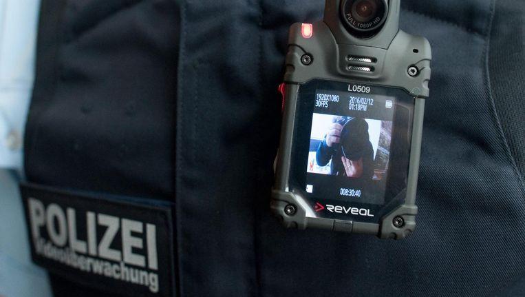 Een Duitse agent met een bodycam. Beeld anp
