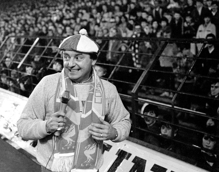 Gerry Marsden, van Gerry and the Pacemakers, in het Liverpool-stadion Anfield (1988). Zijn versie van het musicalnummer werd de klassieker die het nog steeds is. Beeld Liverpool FC via Getty Images