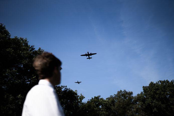 Eregroet vanuit de lucht voor de gesneuvelden tijdens de Slag om Arnhem.