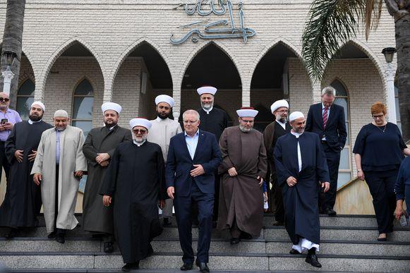 De Australische premier Scott Morrison (midden) na een ontmoeting met imams en leden van de islamitische gemeenschap in een moskee in Sydney.