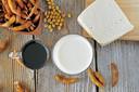 Van soja wordt onder andere sojasaus, tofoe en sojamelk gemaakt.