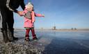 Schaatsers wagen zich op het natuurijs van de Ryptsjerksterpolder in Friesland