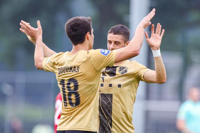 Anastatios Douvikas (18) viert de 1-0 met Adrián Dalmau.