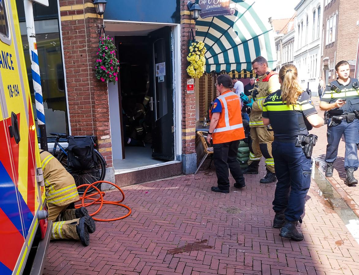 De brandweer schoot zondagmiddag in een café in Dordrecht een man te hulp die klem kwam te zitten na een val.