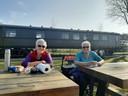 Ans Smulders (76) en Jeanne Adams (88) genieten in een rustig hoekje van een druk Spoorpark in Tilburg