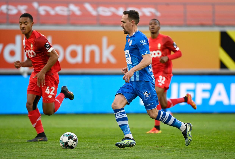 AA Gent-middenvelder Sven Kums loopt met de bal in de partij tegen Standard. Beeld Photo News