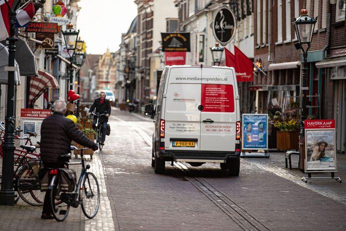 De Oudestraat wordt weer fysiek afgesloten om verkeer na 11 uur 's ochtends onmogelijk te maken.