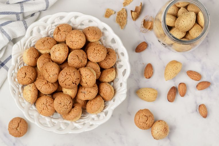 Amaretti-traditional Italian almond cookies in a white plate on a marble top view background. Amarettini biscuits. Selective focus Beeld Getty Images/iStockphoto
