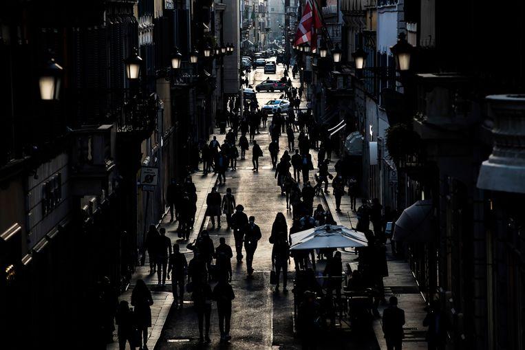 Mensen in de straten van de Italiaanse hoofdstad Rome.  Beeld EPA